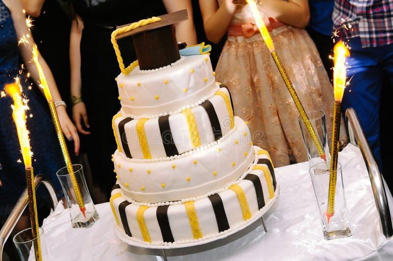 Gâteau d'obtention du diplôme photos stock