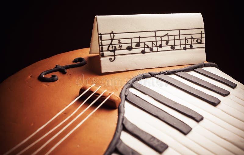 Gâteau dans la forme du piano et du violoncelle photographie stock libre de droits