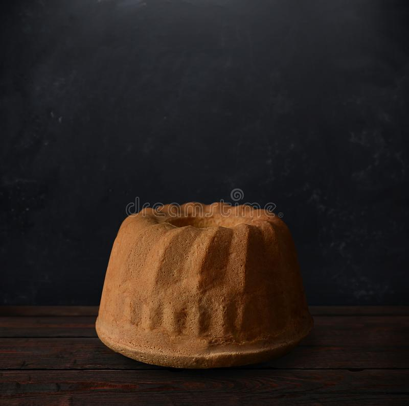 Gâteau de babka de Pâques sur les planches en bois photos libres de droits