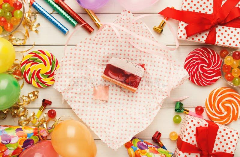 Gâteau de baie et un bon nombre savoureux de décorations de fête d'anniversaire image stock