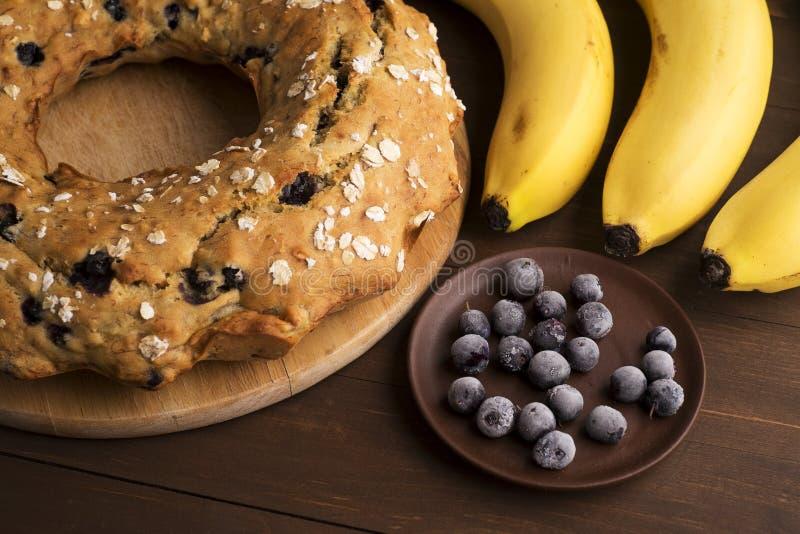 Gâteau de banane avec les myrtilles et la céréale image stock