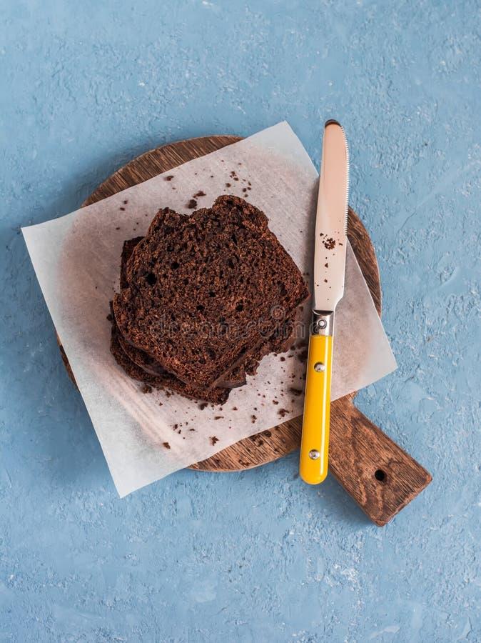 Gâteau de banane de chocolat sur une planche à découper rustique image libre de droits