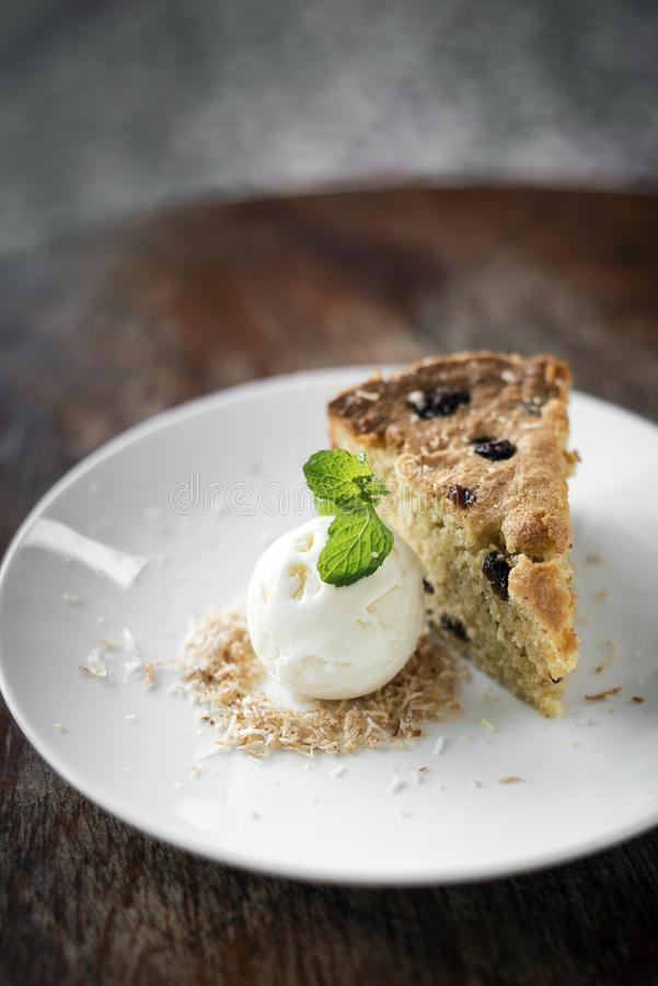 Gâteau de banane et de raisin sec avec le dessert doux de crème glacée de noix de coco photo stock
