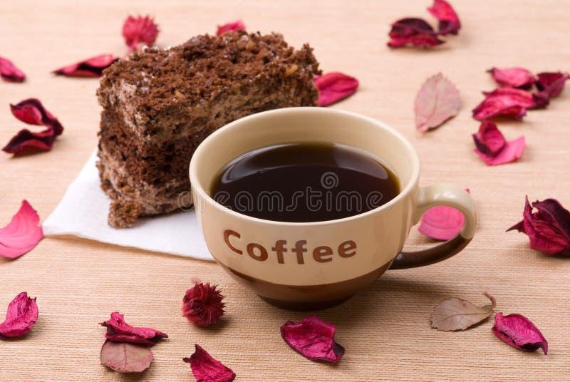 Gâteau de biscuit avec la cuvette de café images stock