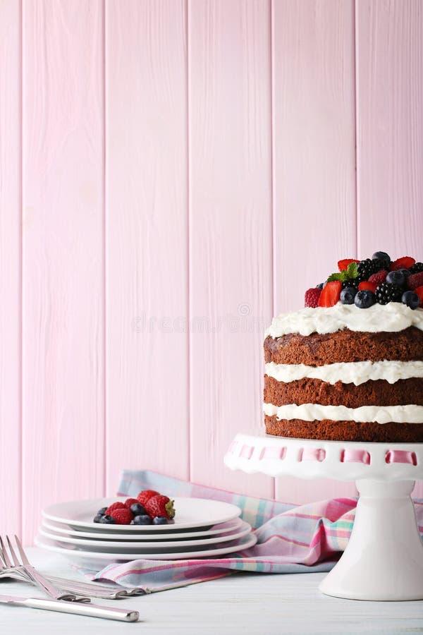 Gâteau de biscuit de chocolat avec des baies photo libre de droits
