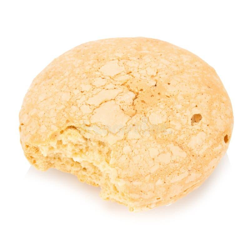 gâteau de biscuit de saveur de noix de coco avec le remplissage de crème d'isolement sur le blanc photos stock