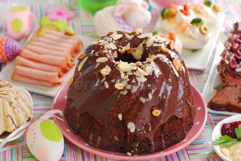 Gâteau de boucle de chocolat avec des amandes et des noix pour Pâques photos libres de droits