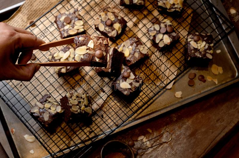Gâteau de 'brownie' de chocolat avec des écrous sur un fond rustique en métal, directement en haut photos libres de droits