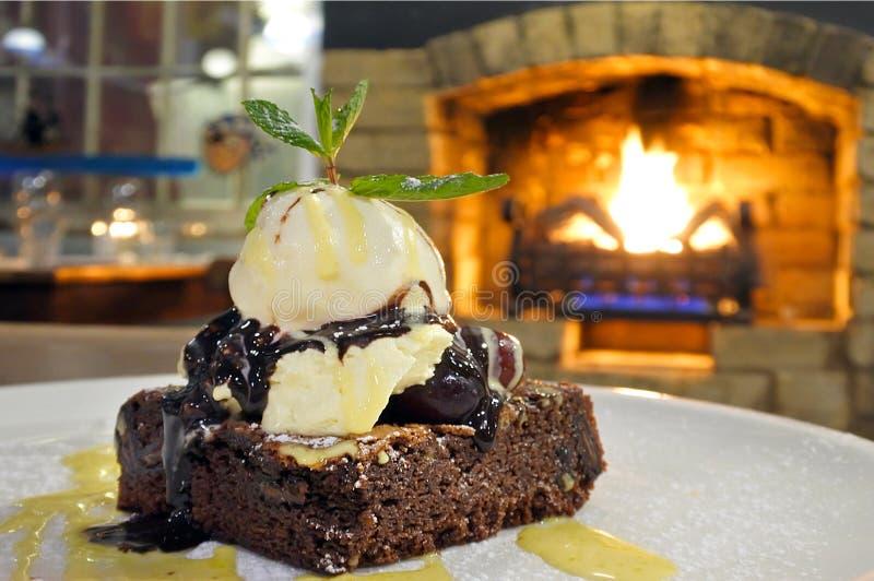 Gâteau de 'brownie' de chocolat avec de la glace à la vanille photos libres de droits