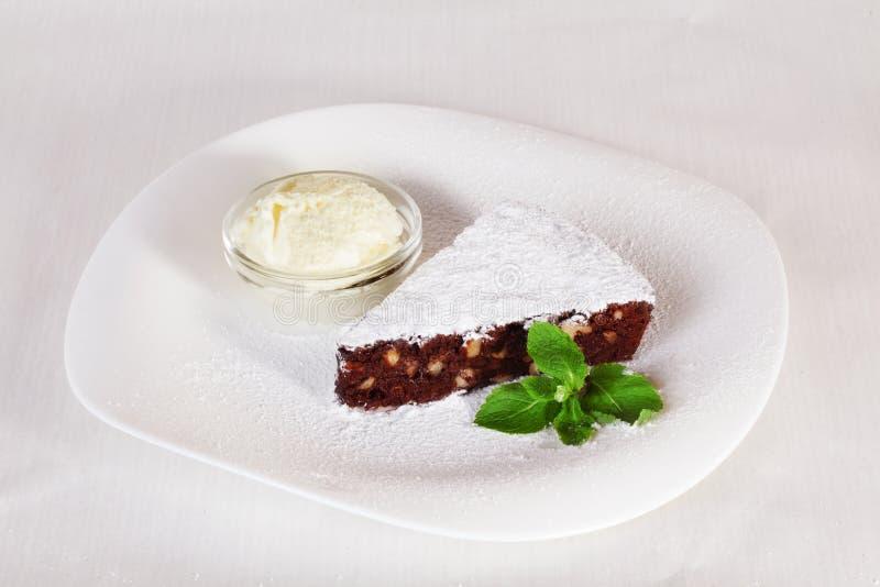 Gâteau de 'brownie' de chocolat avec du sucre en poudre et photo stock