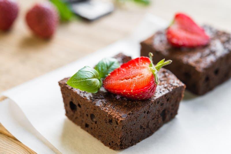 Gâteau de 'brownie' de chocolat décoré des fraises Les FO sélectives image stock