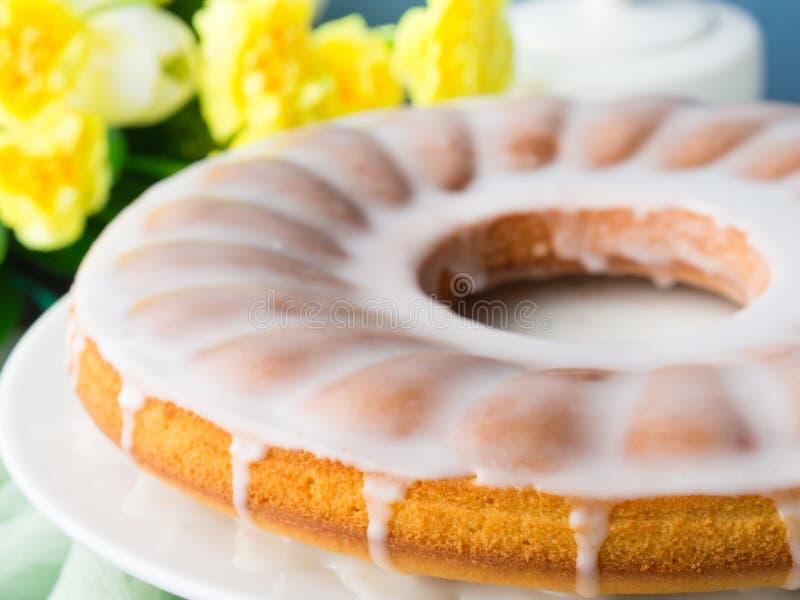 Gâteau de Bundt avec le givrage Dessert de fête de Pâques images libres de droits