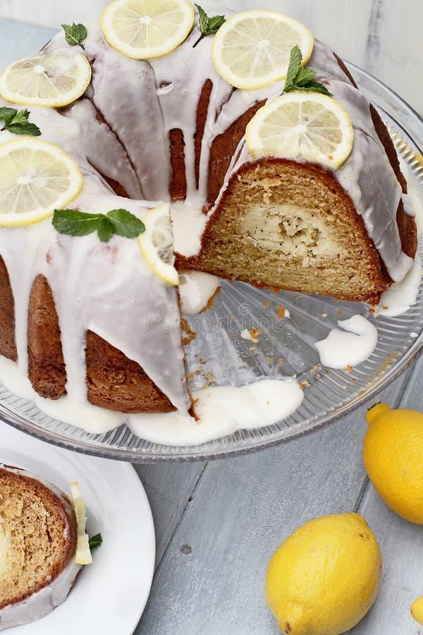 Gâteau de Bundt de citron avec les tranches absentes image stock