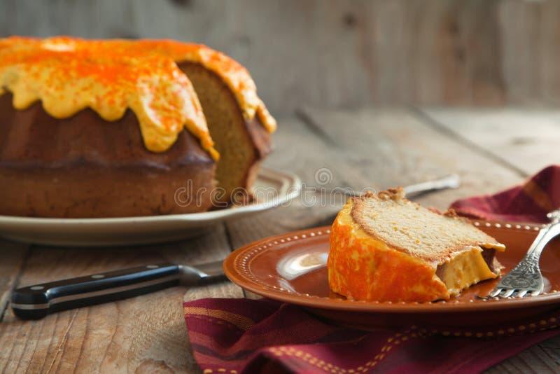 Gâteau de Bundt d'épice de potiron avec le givrage de fromage fondu image stock