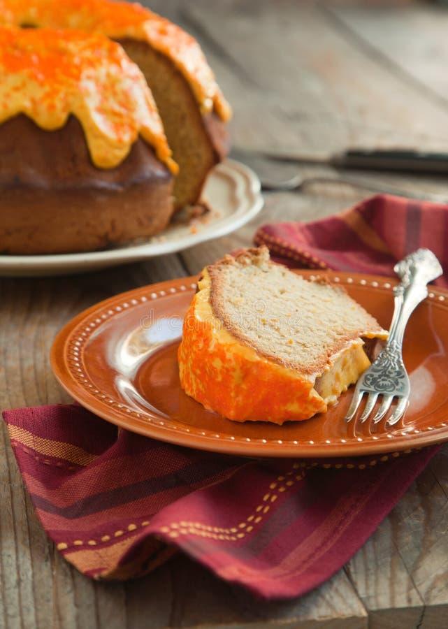 Gâteau de Bundt d'épice de potiron avec le givrage de fromage fondu photographie stock