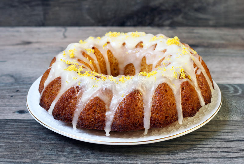 Gâteau de bundt de bruine de citron photographie stock