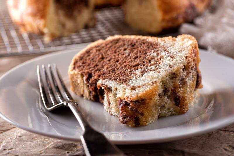 Gâteau de Bundt marbré par amande de chocolat photographie stock