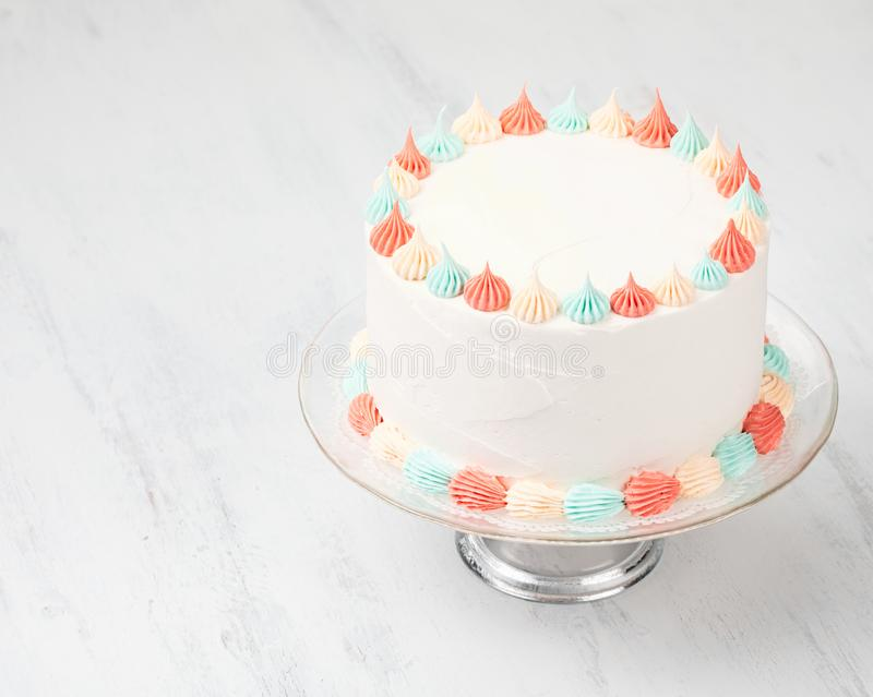 Gâteau de Buttercream sur un support photo stock