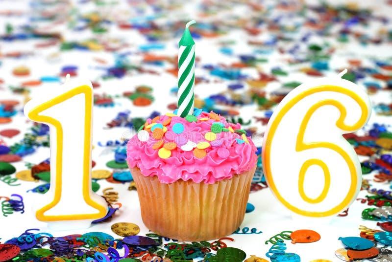 Gâteau de célébration avec la bougie - numéro 16 images libres de droits