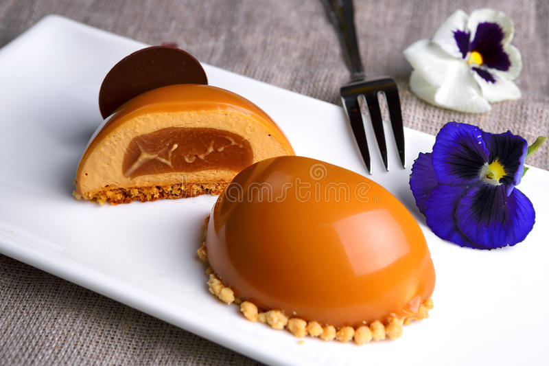Gâteau de caramel d'un plat blanc image stock