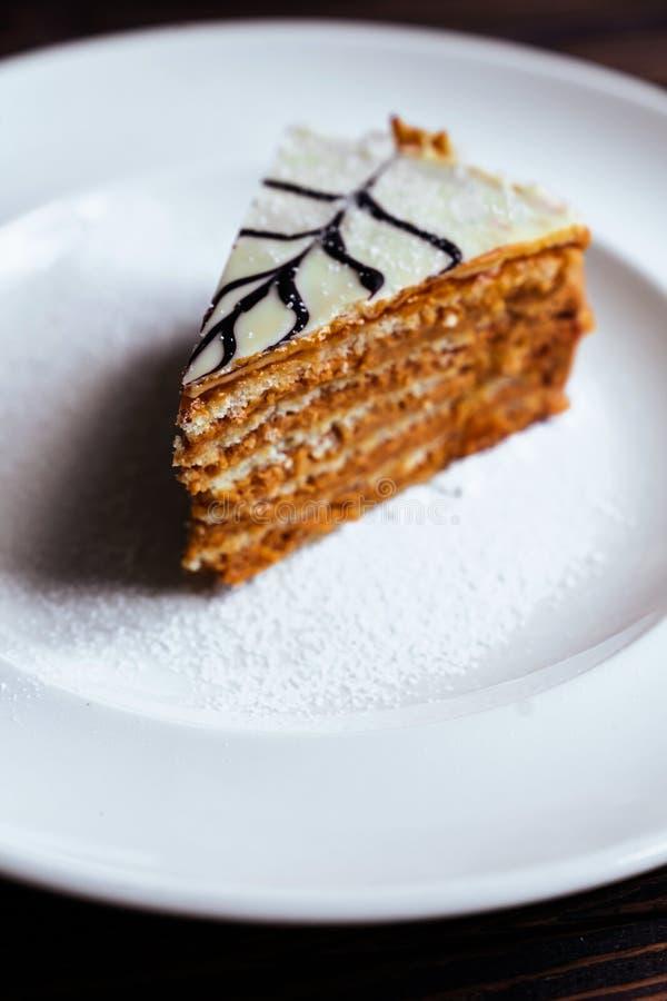 Gâteau de carotte aux noix, aux pruneaux et aux abricots secs sur fond de bois foncé images stock