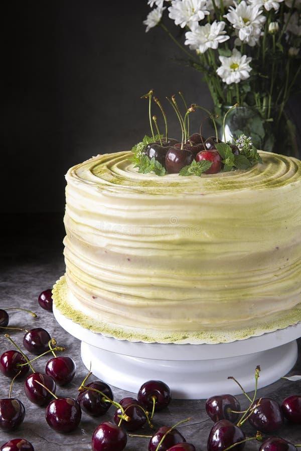 Gâteau de cerise décoré de la grande cerise sur un fond foncé Pâtisseries de fête et une table douce Baies et desserts d'été photo libre de droits
