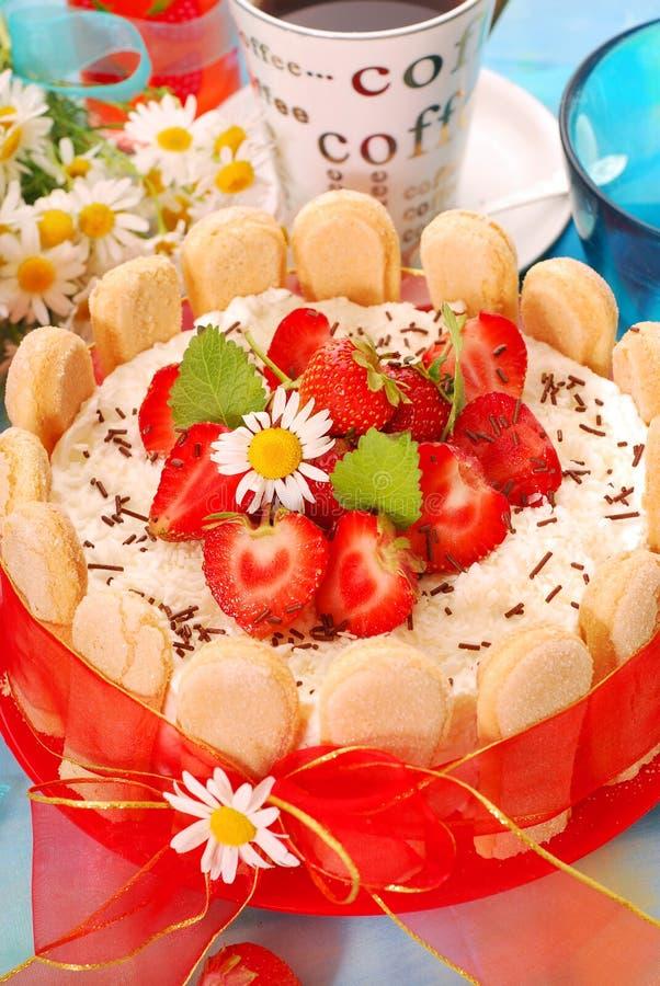 Gâteau de Charlotte avec la fraise photographie stock libre de droits
