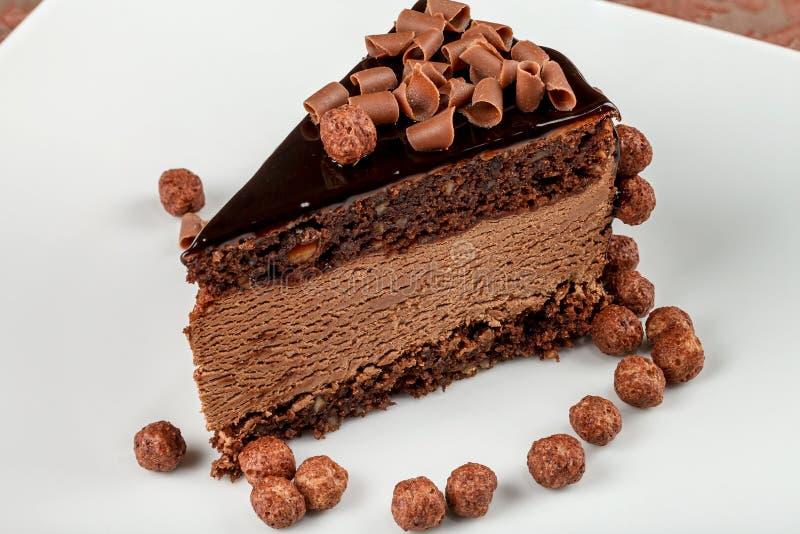 gâteau de chocolat de Chocolat-écrou avec la mousse de chocolat photos libres de droits