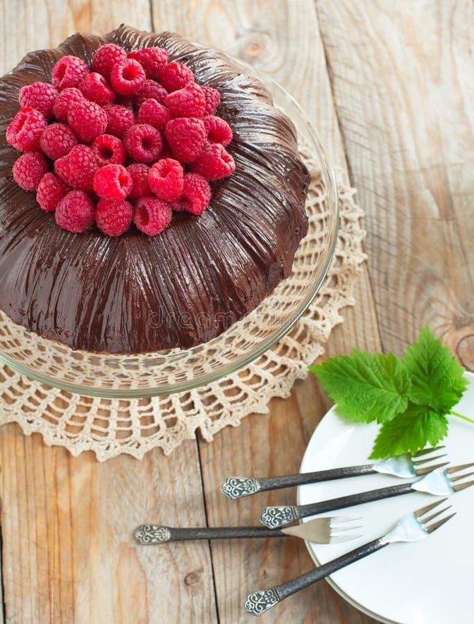 Gâteau de chocolat avec des framboises images libres de droits