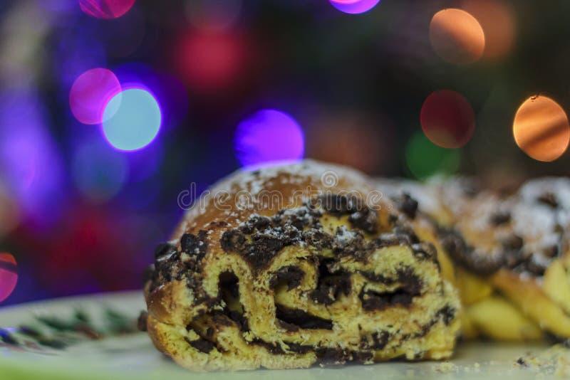 Gâteau de chocolat avec des lumières de Noël sur le fond photo stock