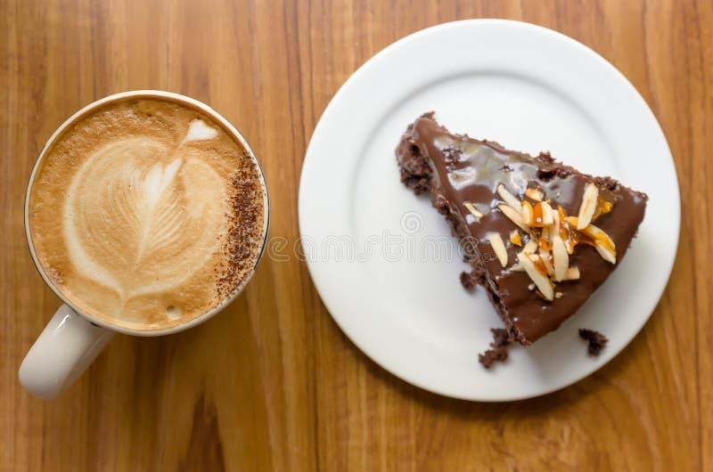 Gâteau de chocolat avec du café photographie stock
