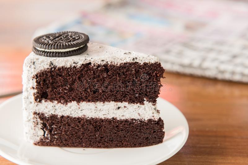 Gâteau de chocolat avec l'oreo et crème fouettée du plat et de l'OE blancs photographie stock libre de droits