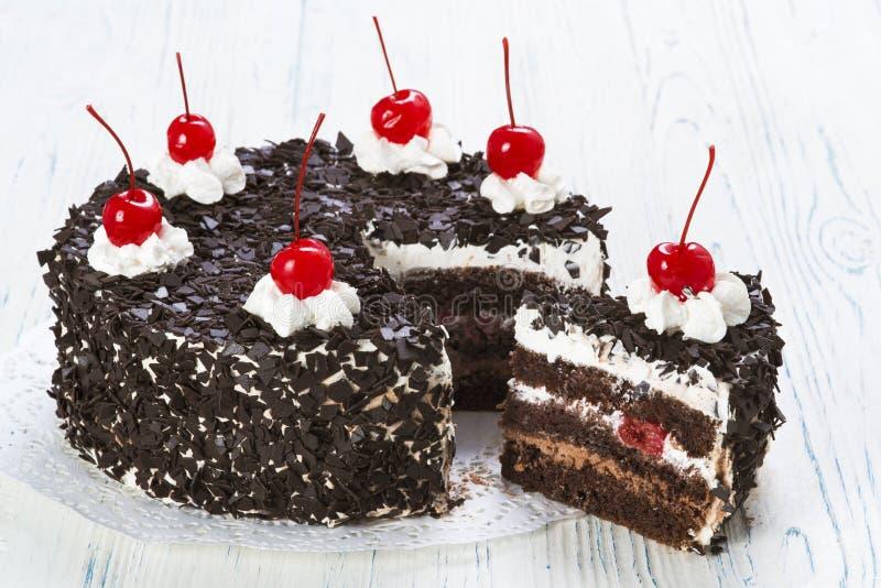 Gâteau de chocolat avec la cerise image stock