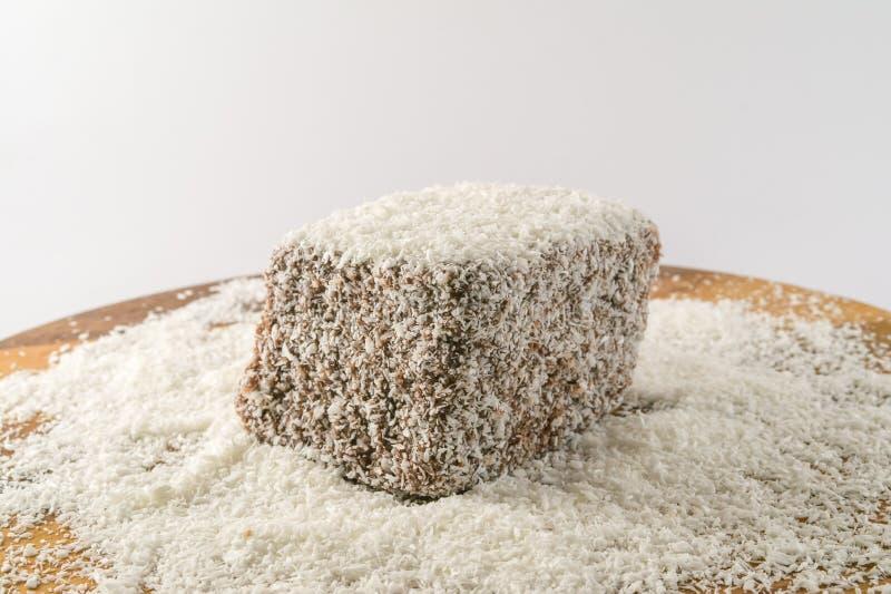 Gâteau de chocolat avec le fluor de noix de coco photo stock