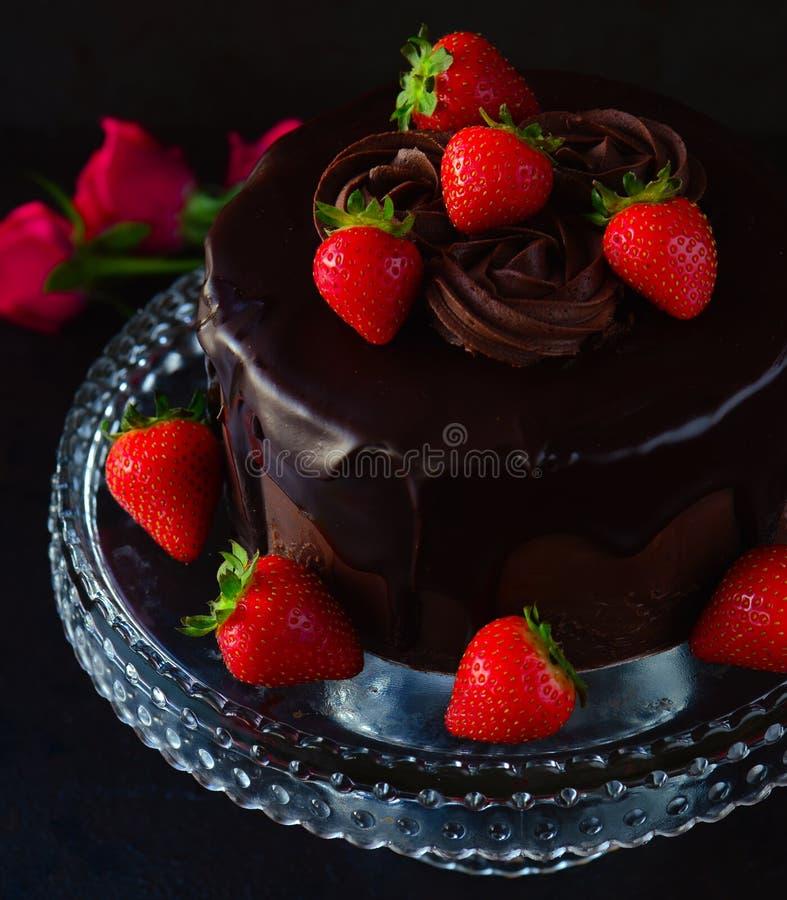 Gâteau de chocolat avec le glaçage de crème de beurre image stock