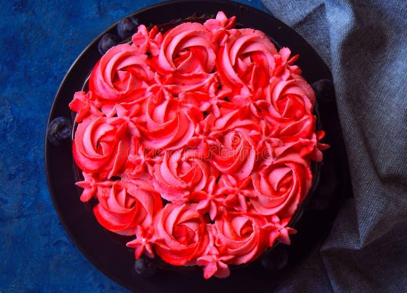 Gâteau de chocolat avec le glaçage de crème de beurre de fraise photographie stock
