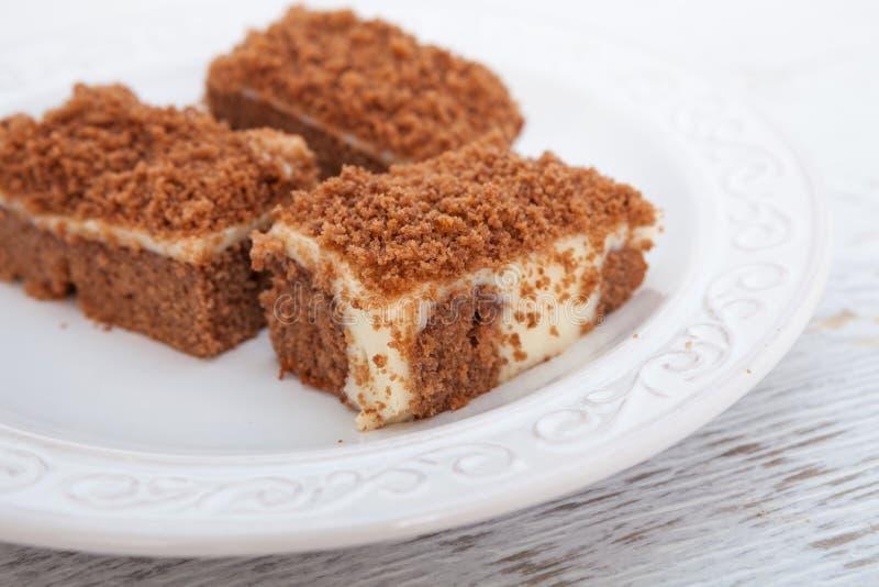 Gâteau de chocolat avec le pudding de vanille image libre de droits