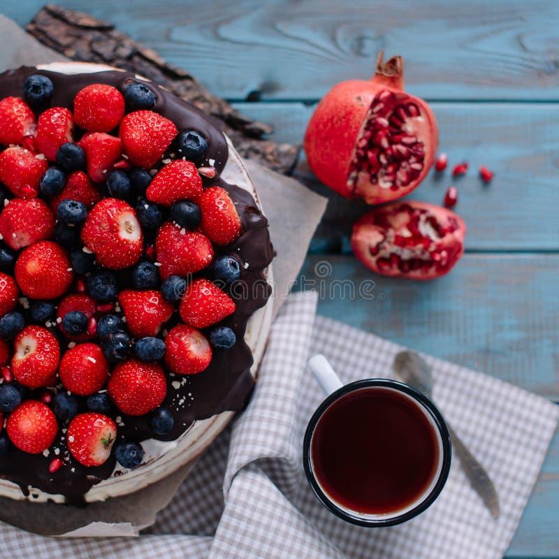 Gâteau de chocolat avec les baies et la menthe sur le support photos libres de droits