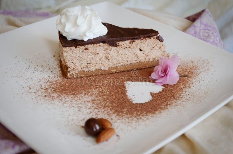 Gâteau de chocolat avec un coeur photo libre de droits