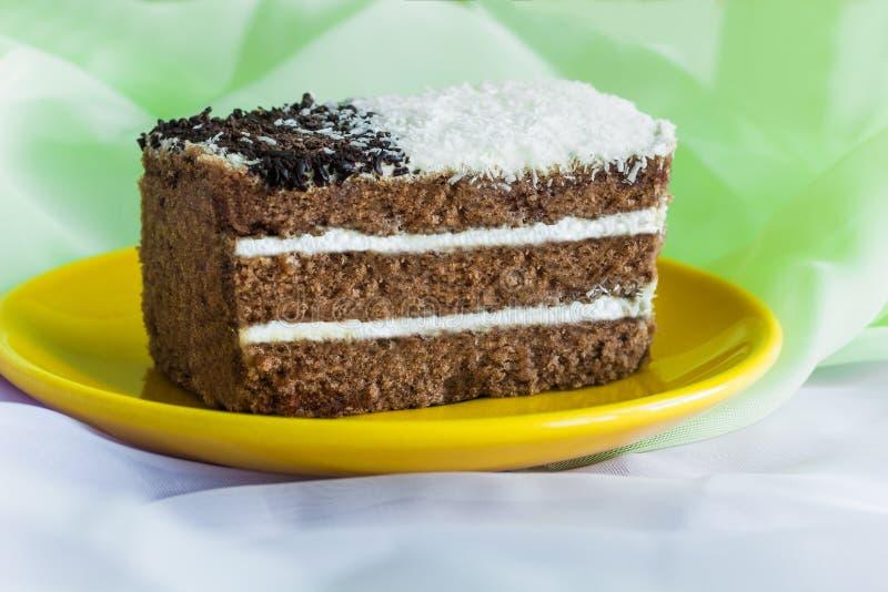 Gâteau de chocolat avec une couche de crème fouettée images stock