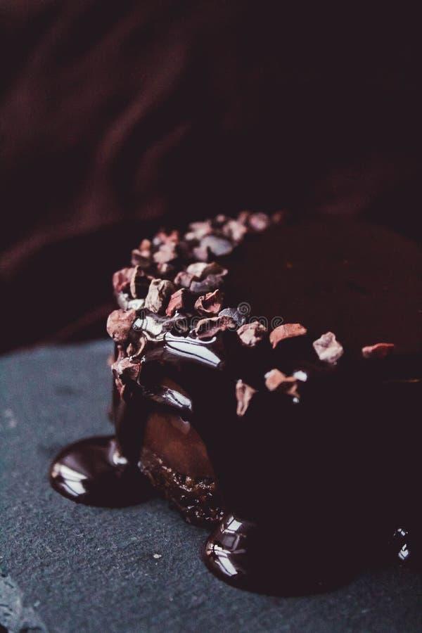 Gâteau de chocolat cru de vegan avec le lustre images libres de droits