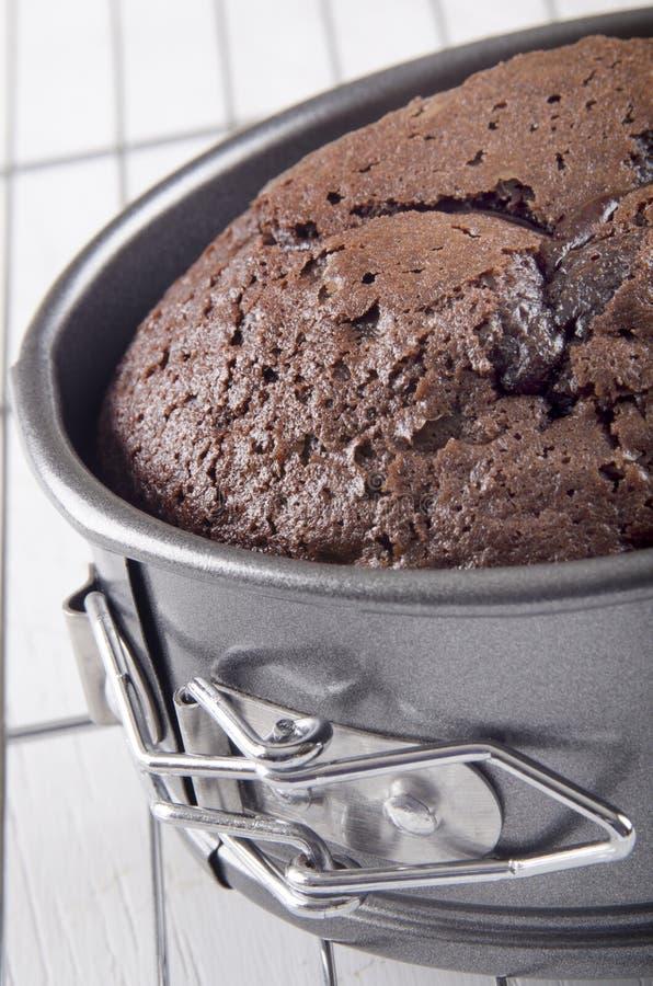 Gâteau de chocolat cuit au four dans un bidon de cuisson image libre de droits
