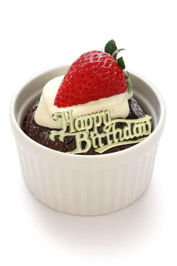 Gâteau de chocolat d'anniversaire avec la fraise photo stock