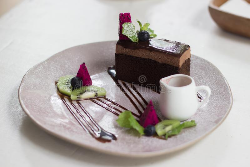Gâteau de chocolat dans le café photographie stock