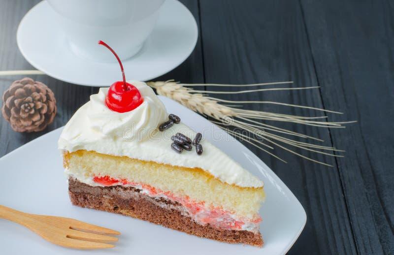 Gâteau de chocolat dans le plat sur en bois photographie stock