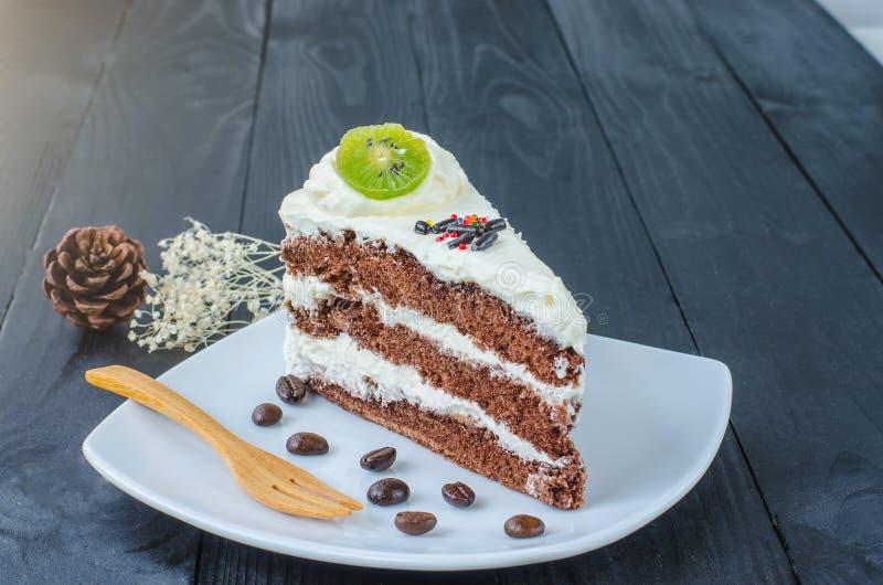 Gâteau de chocolat dans le plat sur en bois images stock