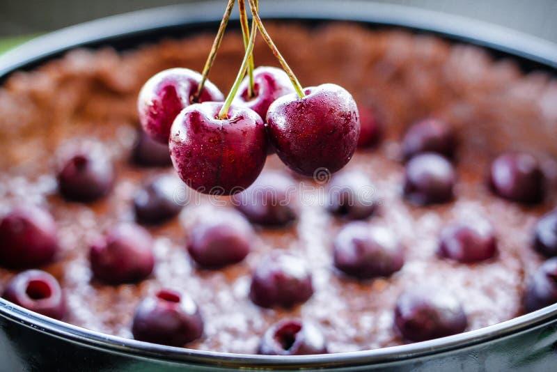 Gâteau de chocolat de cerise images libres de droits