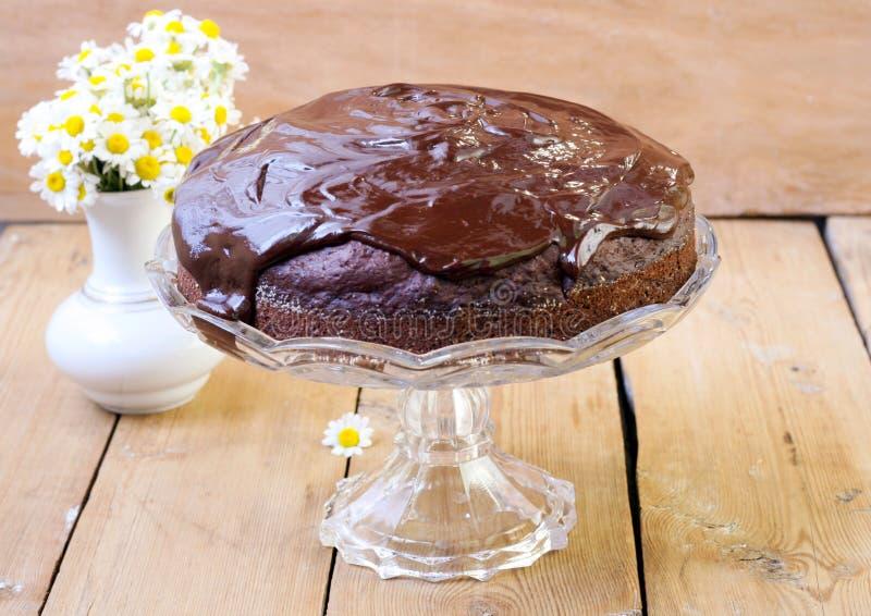 Gâteau de chocolat de courgette avec le lustre de chocolat photos libres de droits