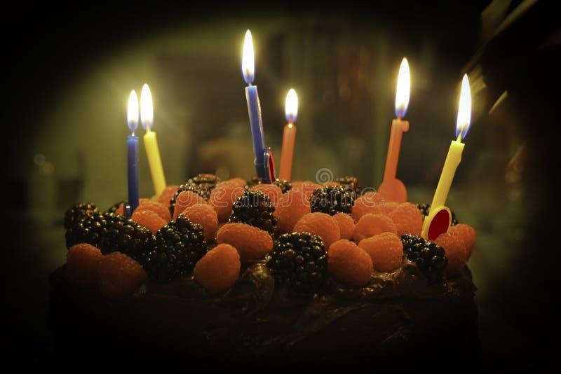 Gâteau de chocolat de fraise de joyeux anniversaire photographie stock libre de droits
