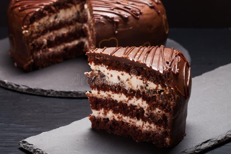 Gâteau de chocolat de plat d'ardoise sur le fond noir Foc sélectif photos stock